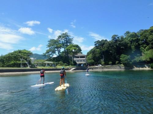 Faire du paddle dans les eaux de la mer du Japon
