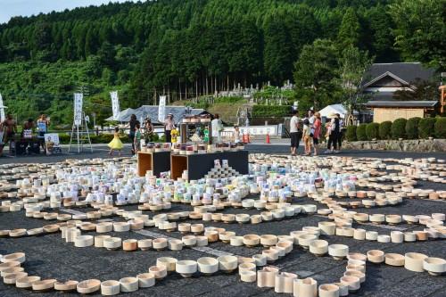 Le village de potiers d'Okawachiyama tout près d'Imari dans la préfécture de Saga et la place centrale du village avec son festival
