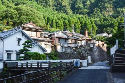 Le village de potiers d'Okawachiyama tout près d'Imari dans la préfécture de Saga et le beau canal