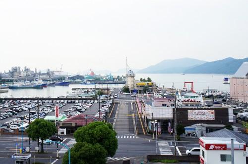 Le terminal du ferry vu de la gare de Tokuyama