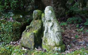 Petites statues bouddhistes en pierre