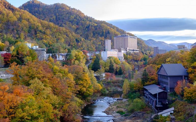 Jozankei, village thermal au cœur des couleurs d'automne, Sapporo, Hokkaido, Japon.