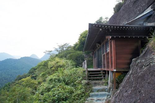 Le bâtiment Itsutsuji Fudo à flanc de montagne, dans la région Rokugo Manzan située dans la péninsule de Kunisaki, Oita, Kyushu
