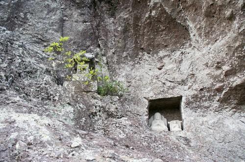 Statuettes bouddhistes dans une niche creusée au flanc du Mont Fudo