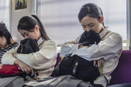 Écolières endormies dans le train pour rejoindre la Shimanami Kaido, dans la région de Setouchi au Japon