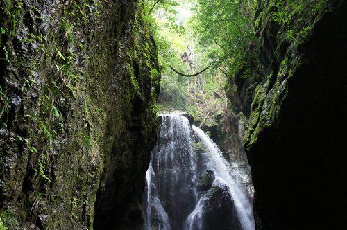 Cascade sacrée dans la vallée de Nakatsu où coule la rivière Niyodogawa dans la préfecture de Kochi, Japon