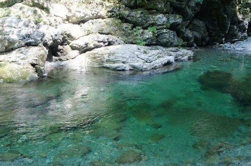 L'eau turquoise de la rivière Niyodogawa dans la préfecture de Kochi, Japon