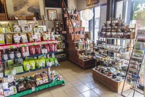Thés et accessoires à vendre dans un salon de thé de la ville de Murakami près de Niigata, Japon