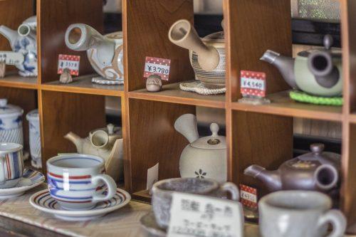 Théières en vente dans la boutique d'un kissaten de la ville de Murakami près de Niigata, Japon