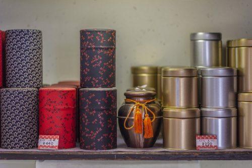 Boîtes à thé en vente dans la boutique d'un kissaten de la ville de Murakami près de Niigata, Japon
