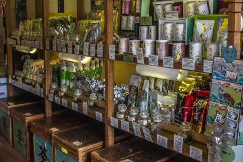 Sachets de thé dans la boutique d'un kissaten de la ville de Murakami près de Niigata, Japon
