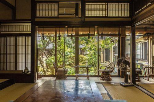 Salon de thé traditionnel et jardin japonais dans la ville de Murakami près de Niigata, Japon