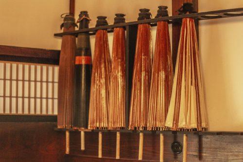 Parapluies traditionnels exposés dans l'auberge Goushikan près de Murakami dans la préfecture de Niigata, Japon