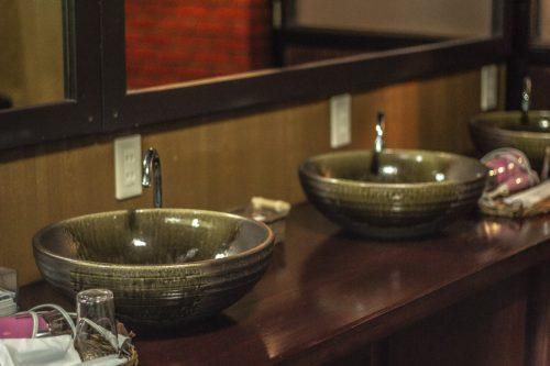 Salle de bain de l'auberge Goushikan près de Murakami dans la préfecture de Niigata, Japon
