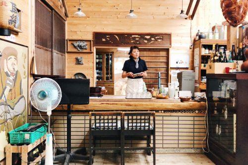 Serveuse au comptoir du restaurant Botanchaya près de Toon, préfecture d'Ehime, Japon