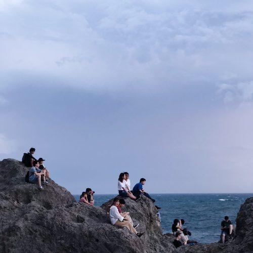 Contempler le coucher de soleil à Enoshima, près de Tokyo, Japon