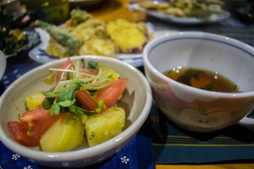 Repas à partir de produits locaux dans une ferme près de la ville d'Usuki, préfecture d'Oita, Japon