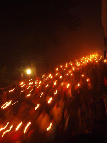 Descente aux flambeaux au pied du Mt Daisen, préfecture de Tottori, Japon