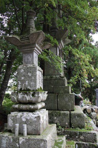 Lanternes en pierres au Daisenji, au pied du Mt Daisen, préfecture de Tottori, Japon