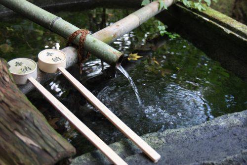 Pour se purifier à l'entrée du sanctuaire d'Ogamiyama, au pied du Mt Daisen, préfecture de Tottori, Japon