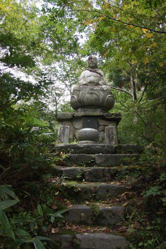 Statue dans la forêt au pied du Mt Daisen, préfecture de Tottori, Japon