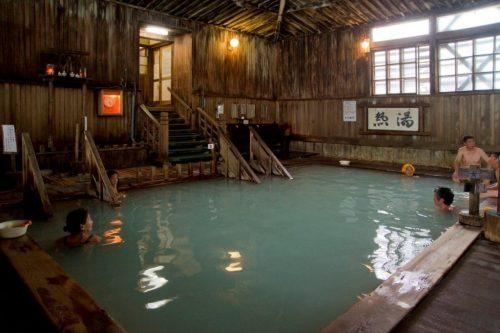 Le grand bain mixte de Sukayu Onsen, dans la ville d'Aomori, préfecture d'Aomori, Japon