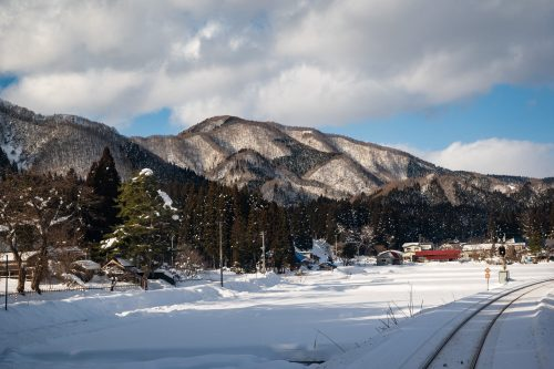 Le panorama enneigé depuis le petit train de la ligne locale Akita Nairiku, préfecture d'Akita, Japon