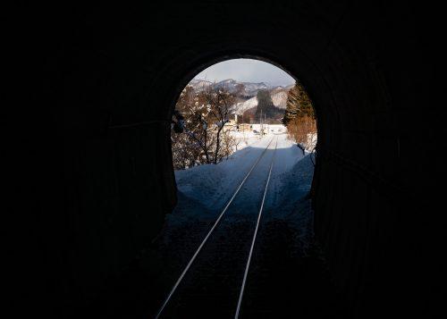 Vue enneigée depuis la ligne de train locale Akita Nairiku, préfecture d'Akita, Japon