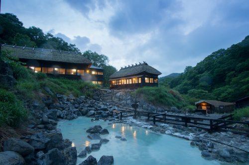 Les eaux bleu clair et laiteuses des onsen de Nyuto Onsen, Akita, Japon