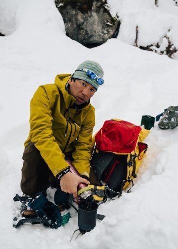 Hiro-san préparant un chocolat chaud dans la neige à Tazawako, Akita, Japon