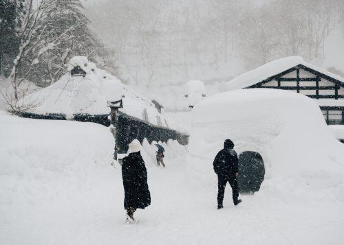 L'entrée du ryokan Tsurunoyu sous une épaisse couche de neige à Nyuto Onsen, Akita, Japon