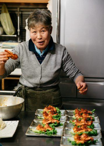 Yukiko en train de préparer les crevettes à la sauce piquante, en cuisine de l'auberge Yodel, Semboku, Akita, Japon
