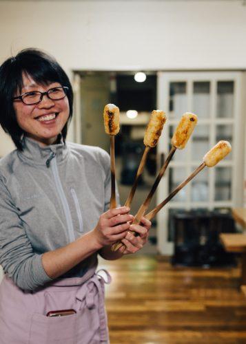 Sayaka avec les kiritanpo fraichement grillés à l'auberge Yodel, Semboku, Akita, Japon