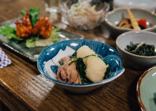 La viande, les légumes et kiritanpo après cuisson au nabe à l'auberge Yodel, Semboku, Akita, Japon