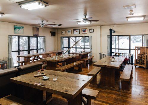 Les grandes tables en bois de la salle à manger à l'auberge Yodel, Semboku, Akita, Japon