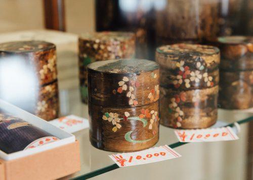 Boîtes à thé en bois de cerisier au centre culturel Denshokan à Kakunodate, Senboku, Akita, Japon
