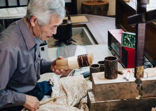 Suzuki-san, artisan expert en kabazaiku travaillant parfois au centre culturel Denshokan à Kakunodate, Senboku, Akita, Japon
