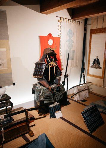 Armure de samouraï et katana exposés dans la demeure de la famille Aoyagi à Kakunodate, Senboku, Akita, Japon