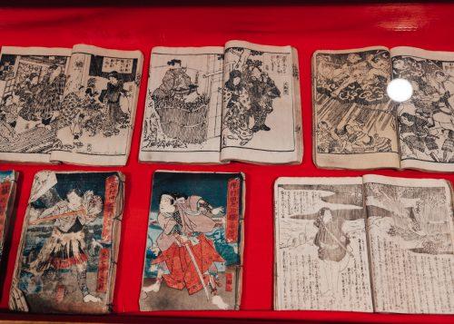 Anciens livres illustrés exposés dans la demeure de la famille Aoyagi à Kakunodate, Senboku, Akita, Japon