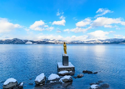 Statue dorée de Tatsuko trônant au bord du lac Tazawako, Akita, Japon