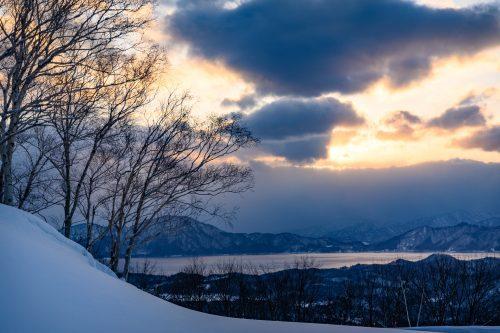 Vue enneigée sur le lac Tazawako, Akita, Japon