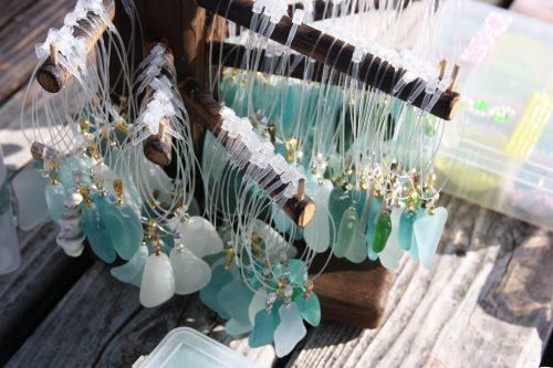 Bijoux créés à partir de verre poli ramassé sur les plages de Minamisatsuma, Kagoshima, Japon