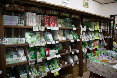 Rayon du thé vert japonais dans une boutique locale à Higashisonogi, préfecture de Nagasaki