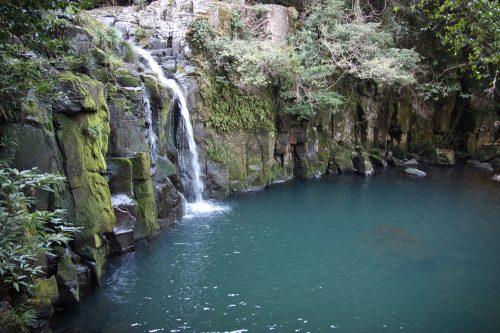 Paysage naturel de Higashisonogi, préfecture de Nagasaki : cascade et eau turquoise