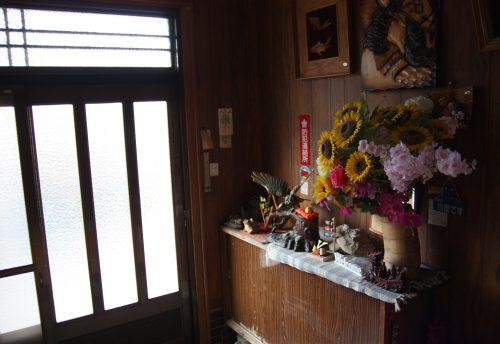 Entrée de la maison d'hôtes des époux Oba, producteurs de thé vert japonais à Higashisonogi, préfecture de Nagasaki