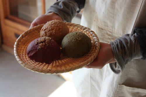 Melon pan au thé vert et à la patate douce, préparés avec des produits locaux dans la boulangerie bio et healthy à Chiwata, préfecture de Nagasaki