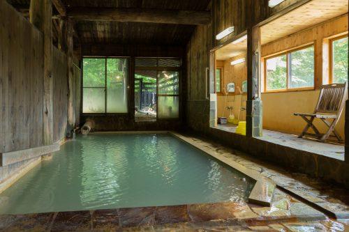 Onsen en bois à l'intérieur dans l'un des ryokan de Nyuto Onsen, Akita, Japon
