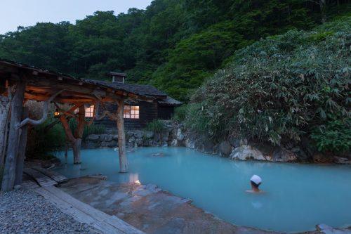 Le bain chaud en plein air du ryokan Tsurunoyu à Nyuto Onsen, Akita, Japon