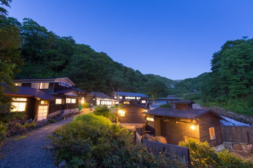 Les beaux bâtiments traditionnels des ryokan de Nyuto Onsen, Akita, Japon