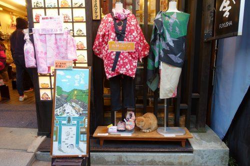Vitrine de le rue commerçante Benzaiten Nakamise-dori sur l'île d'Enoshima, Fujisawa, préfecture de Kanagawa